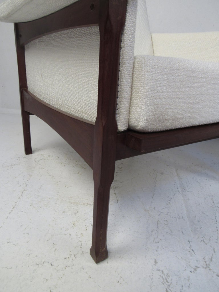 Pair of Mid-Century Modern Lounge Chairs For Sale 2
