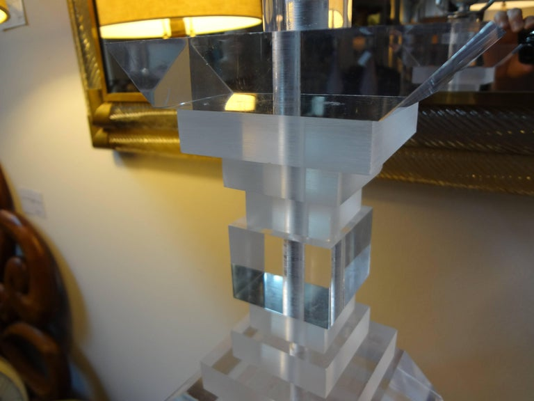 Late 20th Century Pair of Mid-Century Modern Lucite Table Lamps For Sale