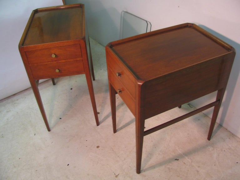 English Pair of Mid-Century Modern Mahogany Night Tables For Sale