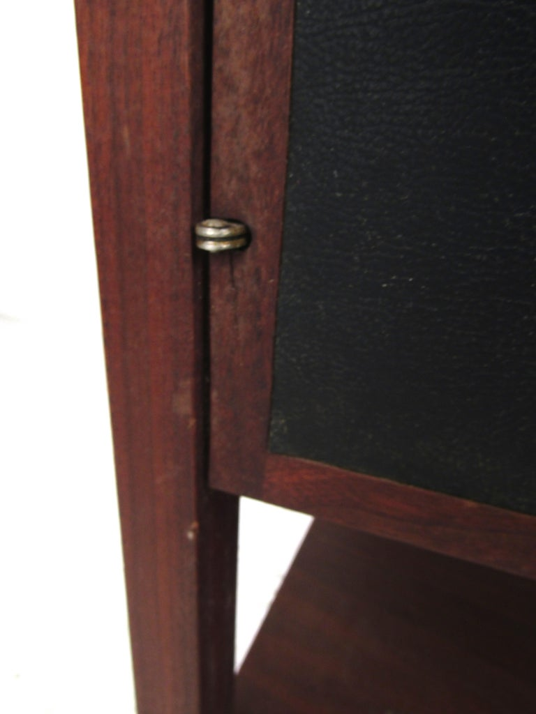Pair of Mid-Century Modern Nighstands For Sale 6