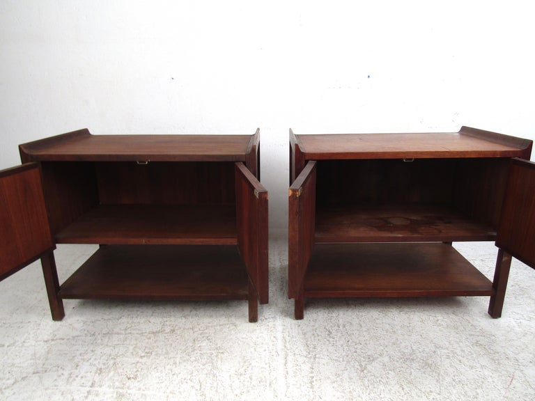 Pair of Mid-Century Modern Nighstands In Fair Condition For Sale In Brooklyn, NY