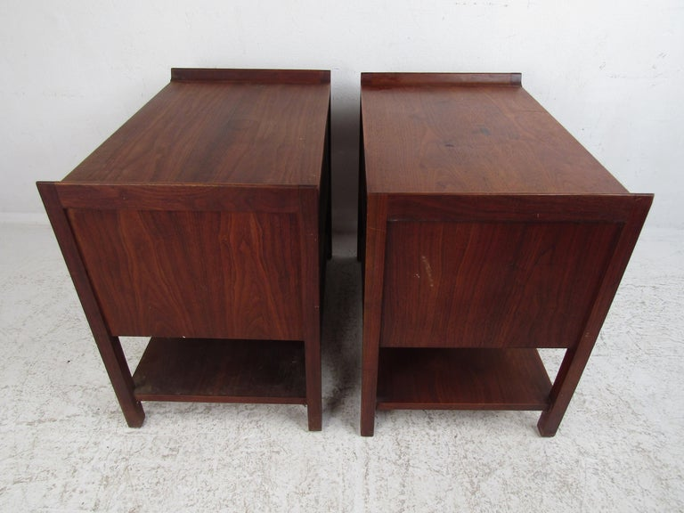 20th Century Pair of Mid-Century Modern Nighstands For Sale