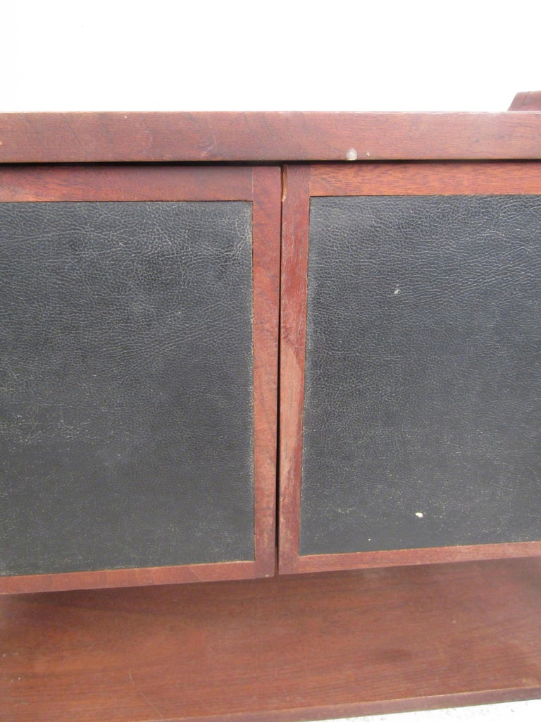 Pair of Mid-Century Modern Nighstands For Sale 2