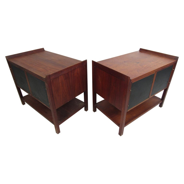 Pair of Mid-Century Modern Nighstands For Sale