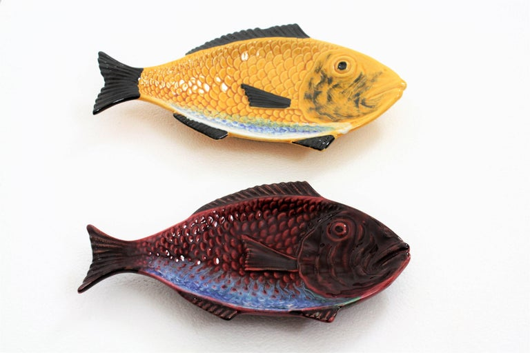 Pair of Mid-Century Modern Portuguese Red & Yellow Glazed Ceramic Fish Platters In Excellent Condition For Sale In Barcelona, ES