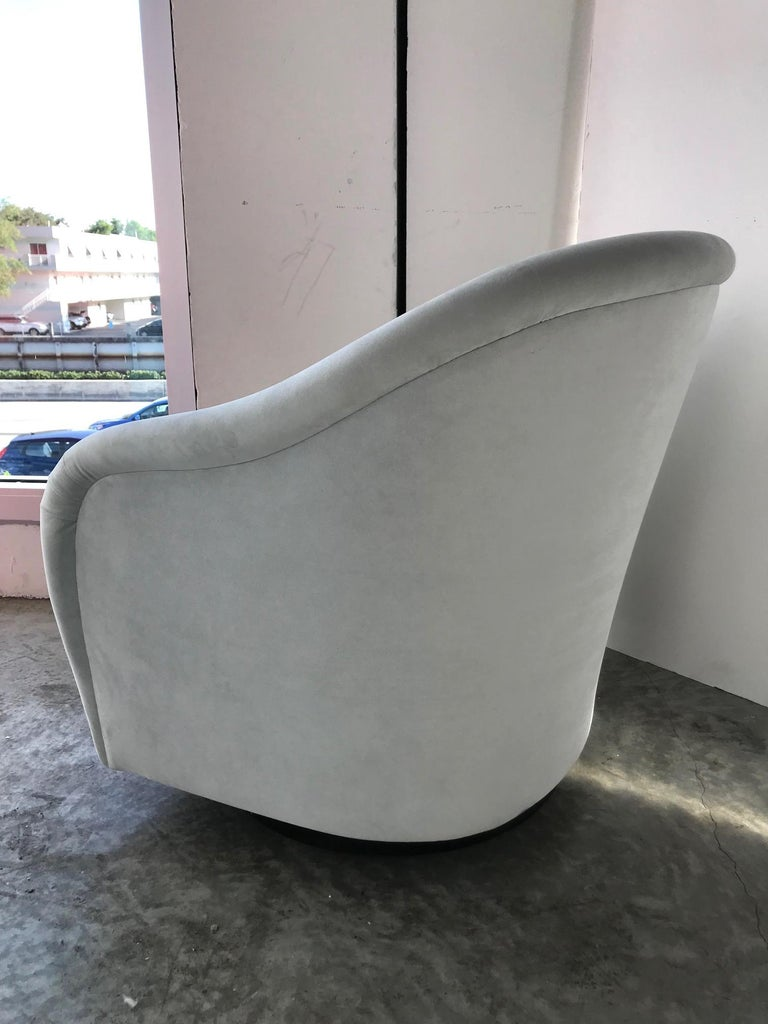 Pair of Mid-Century Modern Swivel Lounge Chairs in Grey Velvet, circa 1970s For Sale 4