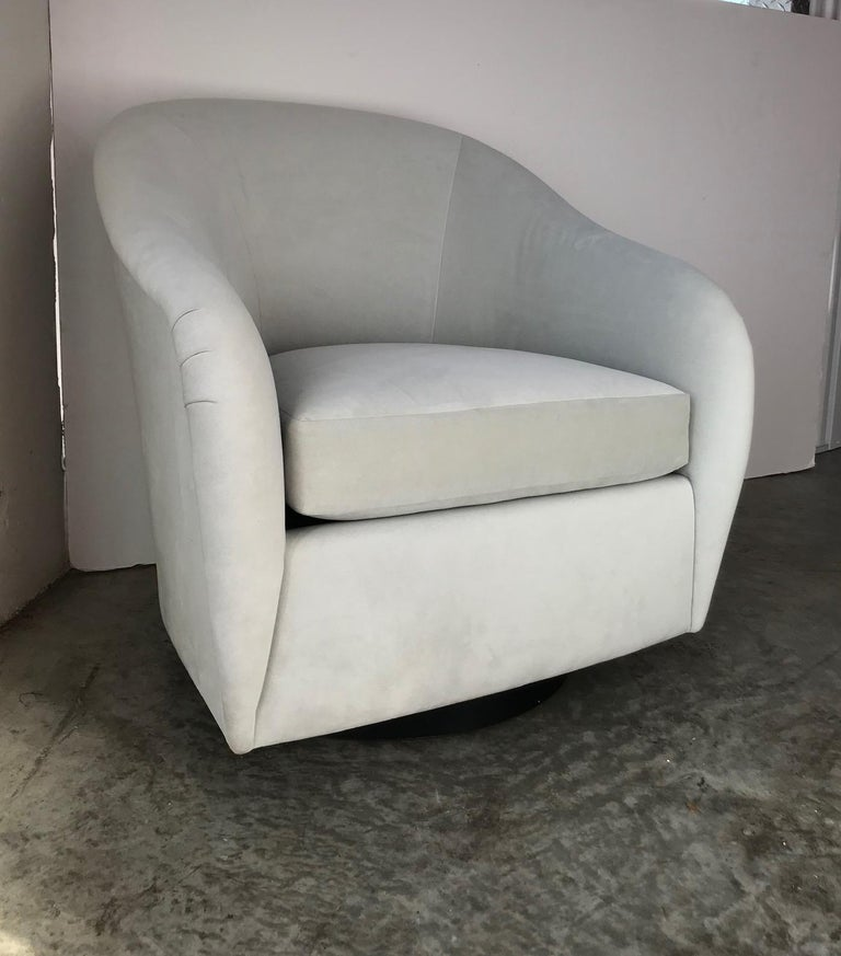 Pair of Mid-Century Modern Swivel Lounge Chairs in Grey Velvet, circa 1970s For Sale 10