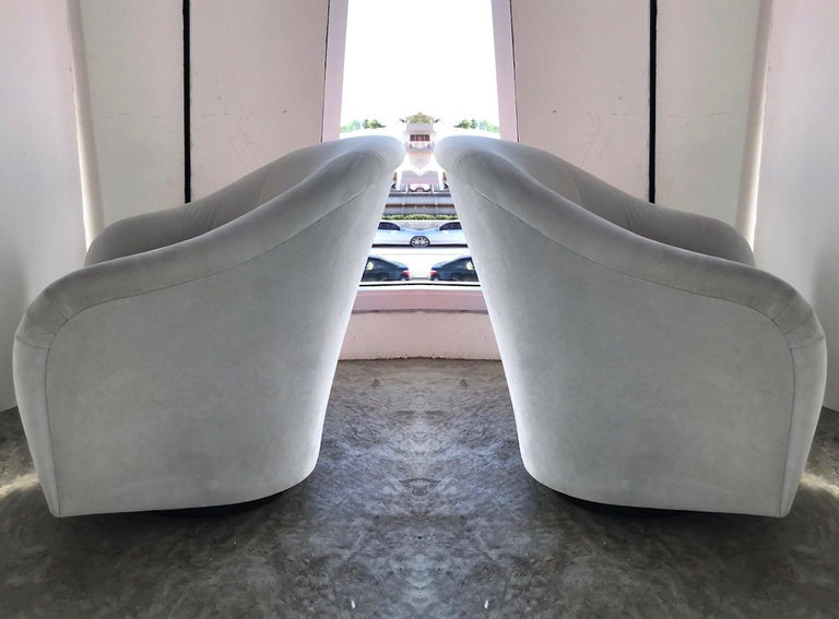 Hollywood Regency Pair of Mid-Century Modern Swivel Lounge Chairs in Grey Velvet, circa 1970s For Sale