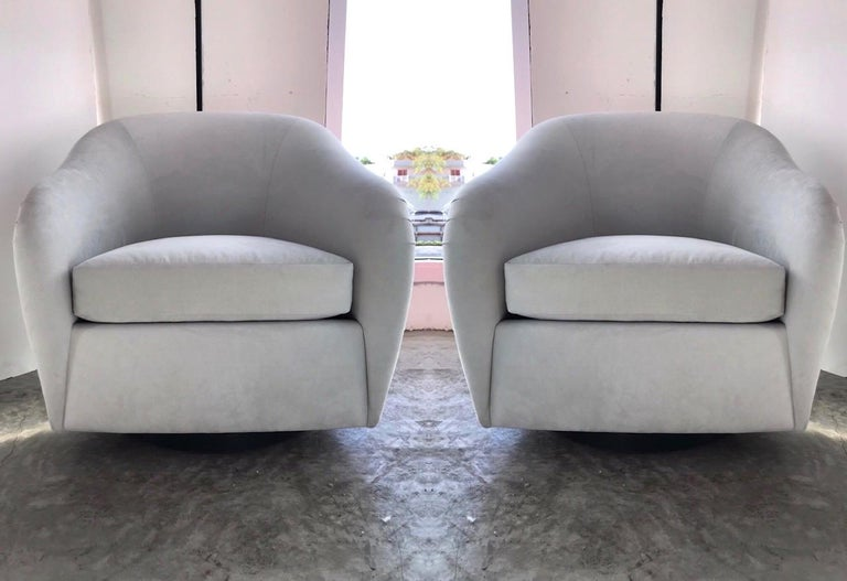 American Pair of Mid-Century Modern Swivel Lounge Chairs in Grey Velvet, circa 1970s For Sale