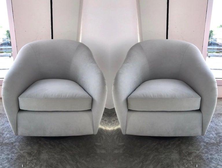 Ebonized Pair of Mid-Century Modern Swivel Lounge Chairs in Grey Velvet, circa 1970s For Sale