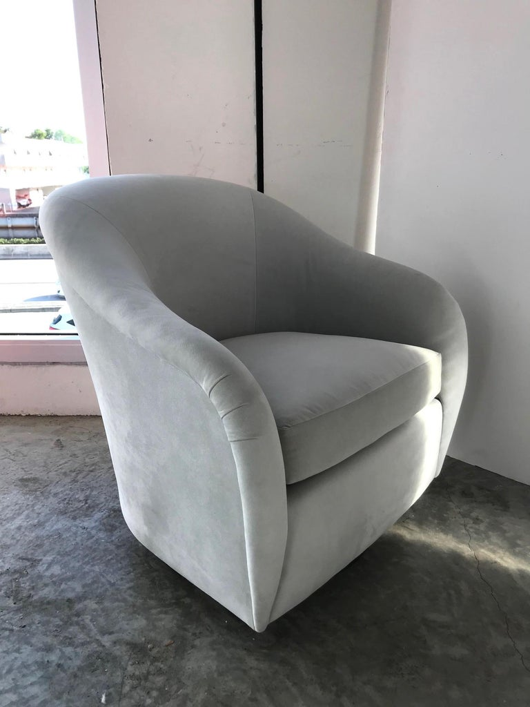 Pair of Mid-Century Modern Swivel Lounge Chairs in Grey Velvet, circa 1970s In Excellent Condition For Sale In Miami, FL
