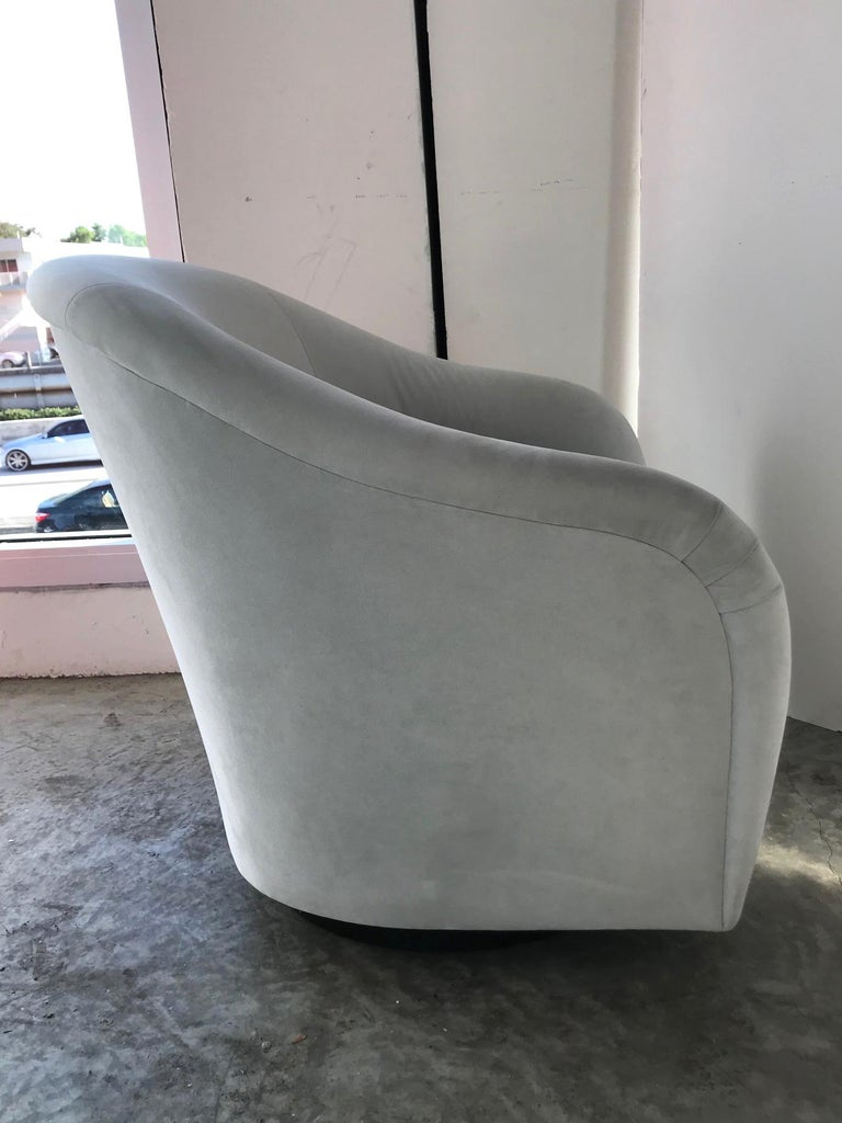 Pair of Mid-Century Modern Swivel Lounge Chairs in Grey Velvet, circa 1970s For Sale 1