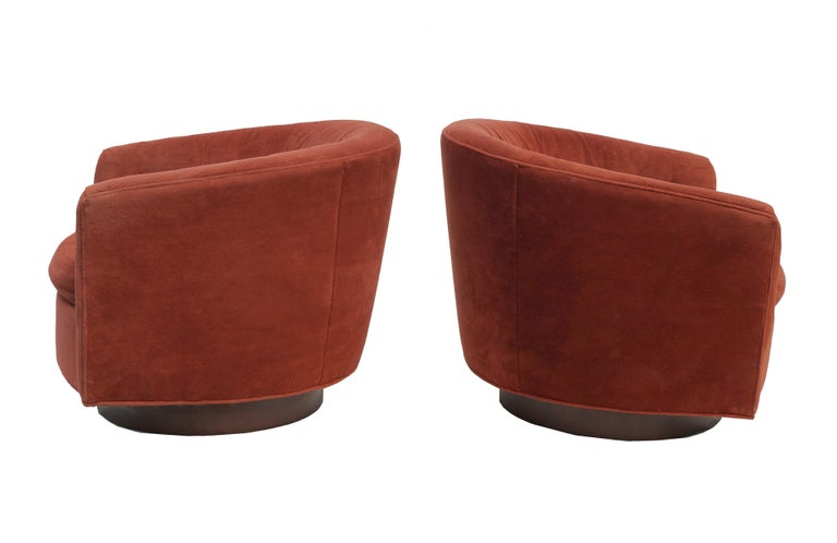 Woodwork Pair of Mid-Century Modern Tilt & Swivel Lounge Chairs Manner of Milo Baughman For Sale