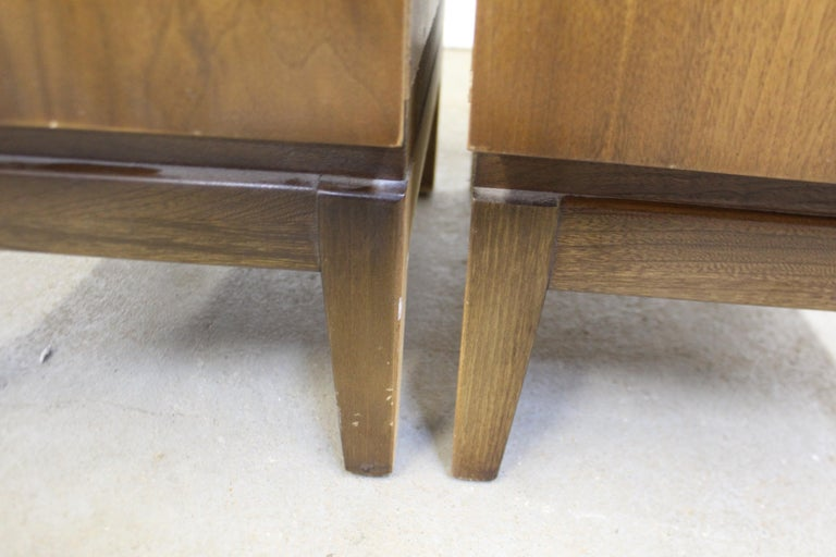 Pair of Mid-Century Modern United Diamond Front Walnut Nightstands For Sale 8