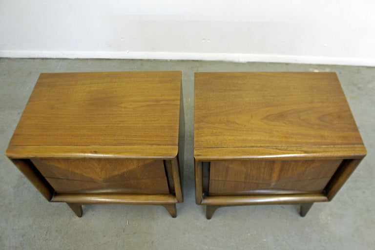 Pair of Mid-Century Modern United Diamond Front Walnut Nightstands In Good Condition For Sale In Wilmington, DE