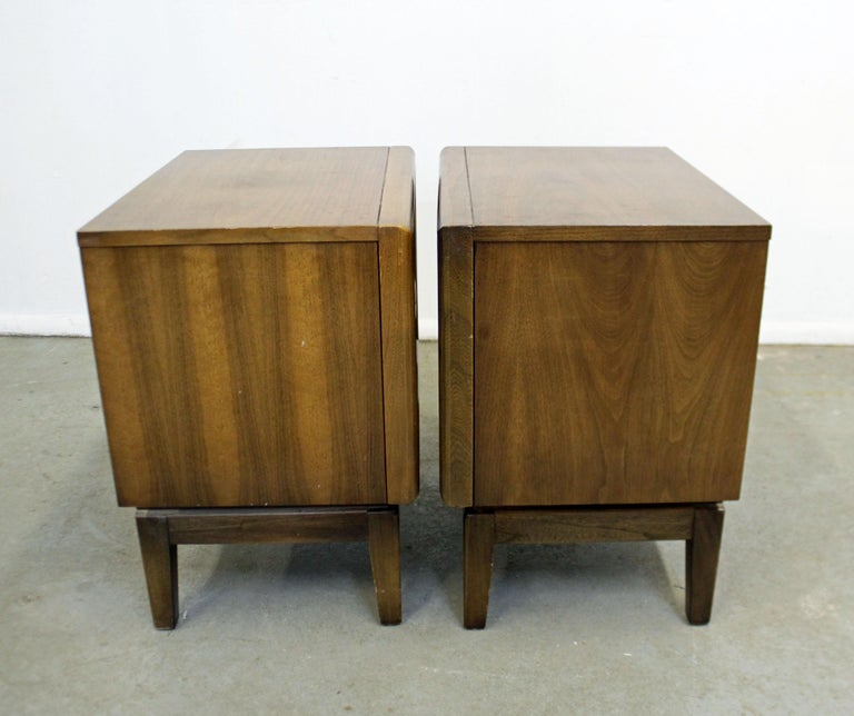Pair of Mid-Century Modern United Diamond Front Walnut Nightstands For Sale 1