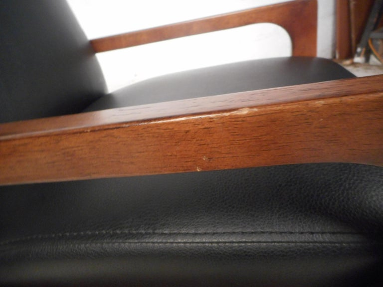 Pair of Mid-Century Modern Walnut Lounge Chairs For Sale 7
