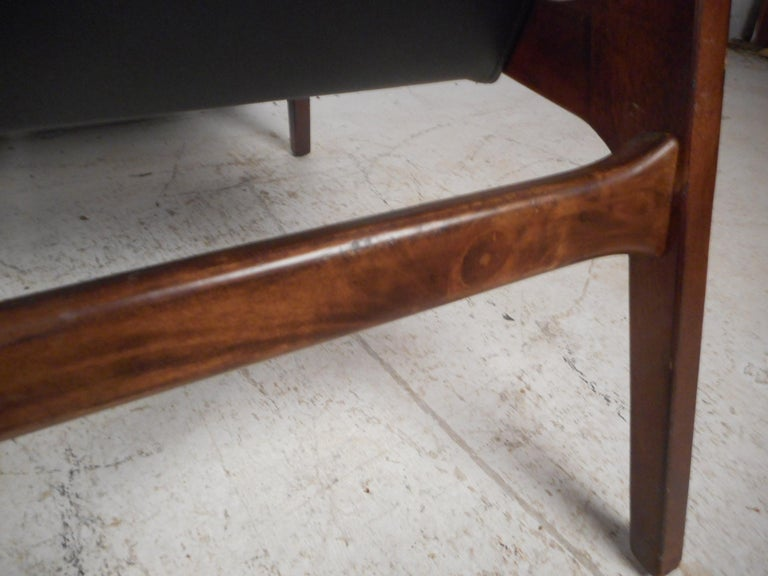 Pair of Mid-Century Modern Walnut Lounge Chairs For Sale 12