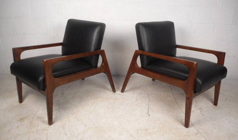 Pair of Mid-Century Modern Walnut Lounge Chairs In Good Condition For Sale In Brooklyn, NY