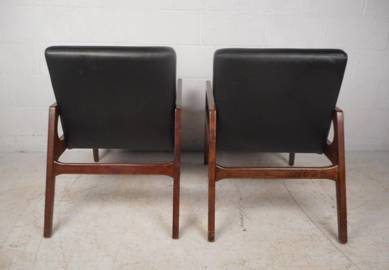 Pair of Mid-Century Modern Walnut Lounge Chairs For Sale 1