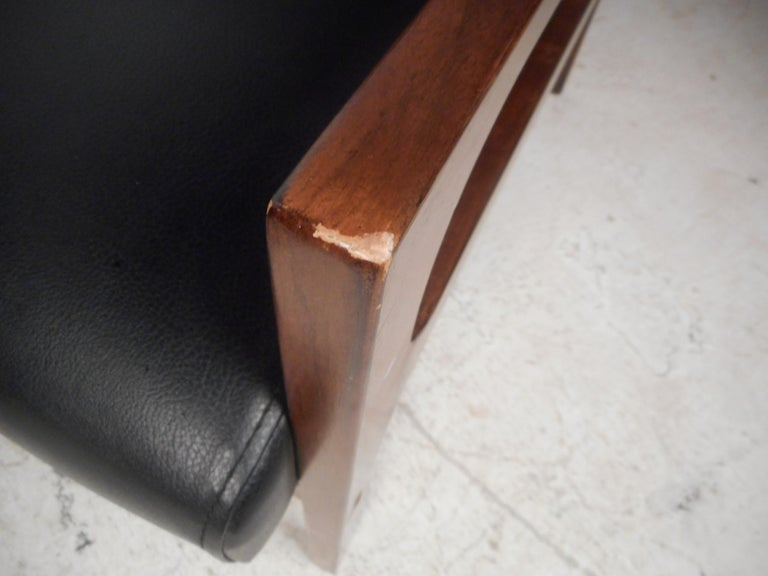 Pair of Mid-Century Modern Walnut Lounge Chairs For Sale 2