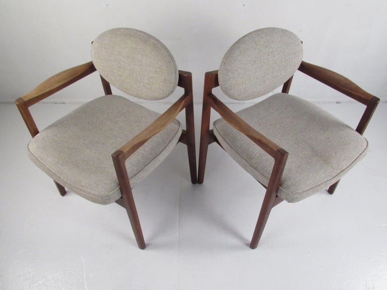 Pair of Mid-Century Modern Walnut Side Chairs In Good Condition For Sale In Brooklyn, NY