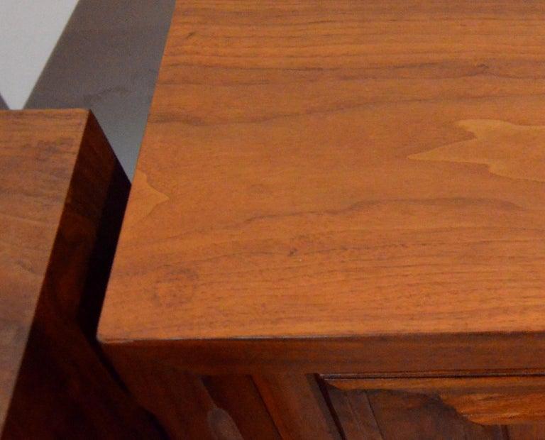Pair Mid-Century Modern Walnut Veneer and Burl Wood Bedside Nightstands /Tables 11