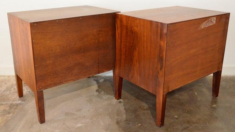 Pair Mid-Century Modern Walnut Veneer and Burl Wood Bedside Nightstands /Tables In Good Condition In Houston, TX