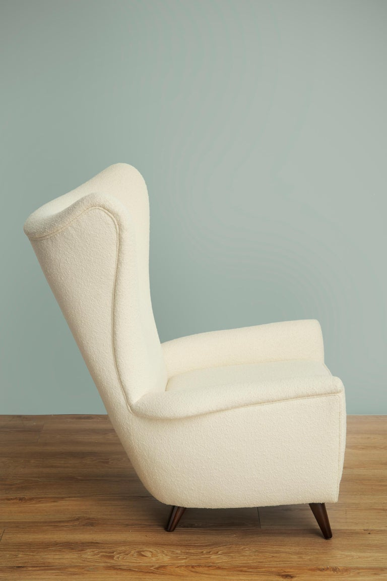 Pair of Mid-Century Modern Wingback Lounge Chairs In Excellent Condition For Sale In Miami, FL