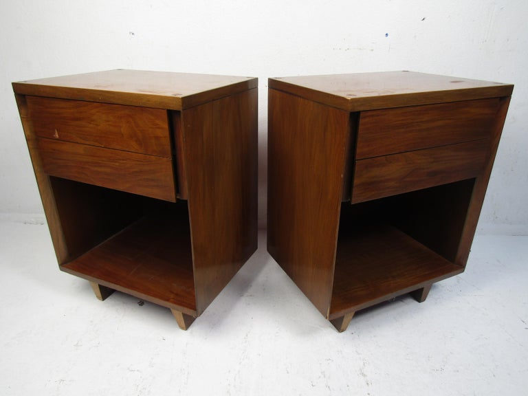 Mid-Century Modern Pair of Midcentury Nightstands, John Stuart For Sale