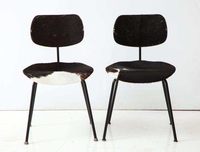 German Pair of Midcentury SE-68 Chairs by Egon Eiermann in Original Cowhide For Sale
