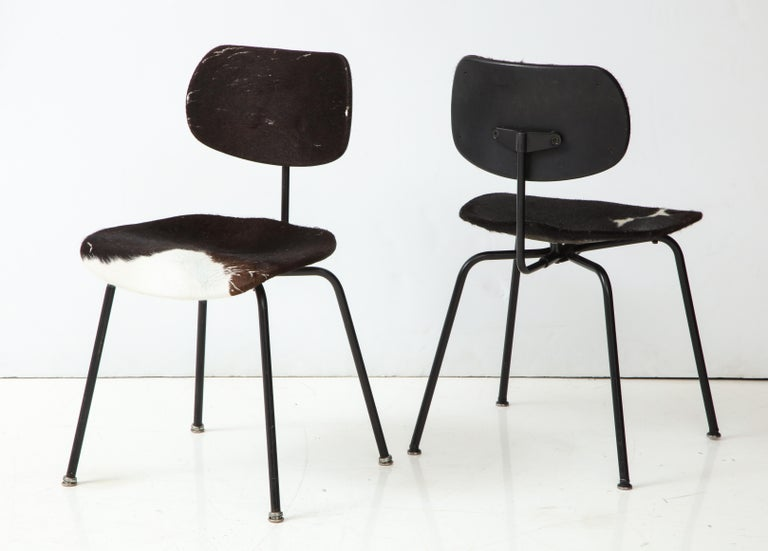 Pair of Midcentury SE-68 Chairs by Egon Eiermann in Original Cowhide In Good Condition For Sale In New York City, NY