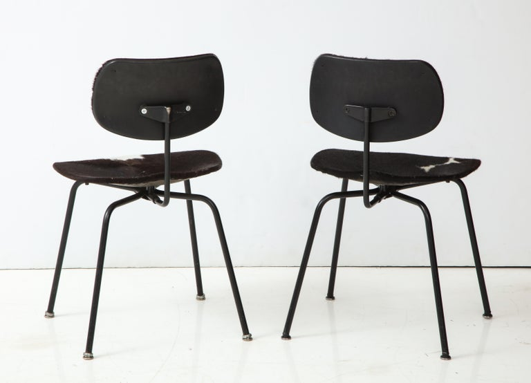 20th Century Pair of Midcentury SE-68 Chairs by Egon Eiermann in Original Cowhide For Sale