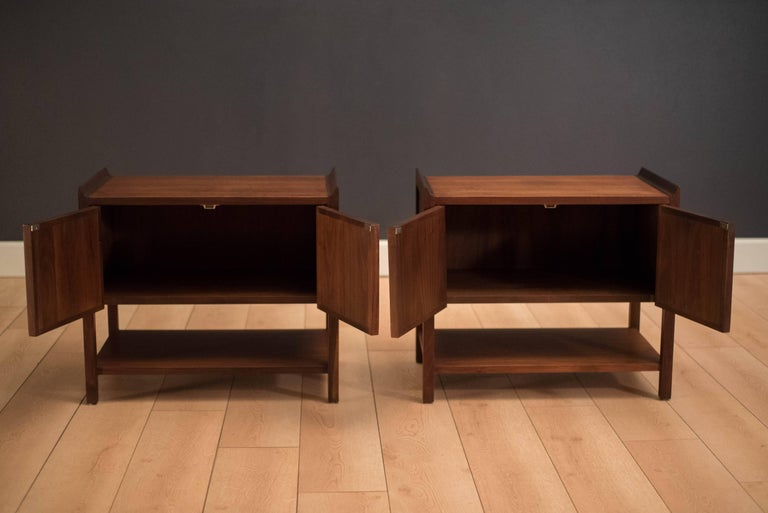 Mid-Century Modern Pair of Mid Century Walnut Nightstands For Sale