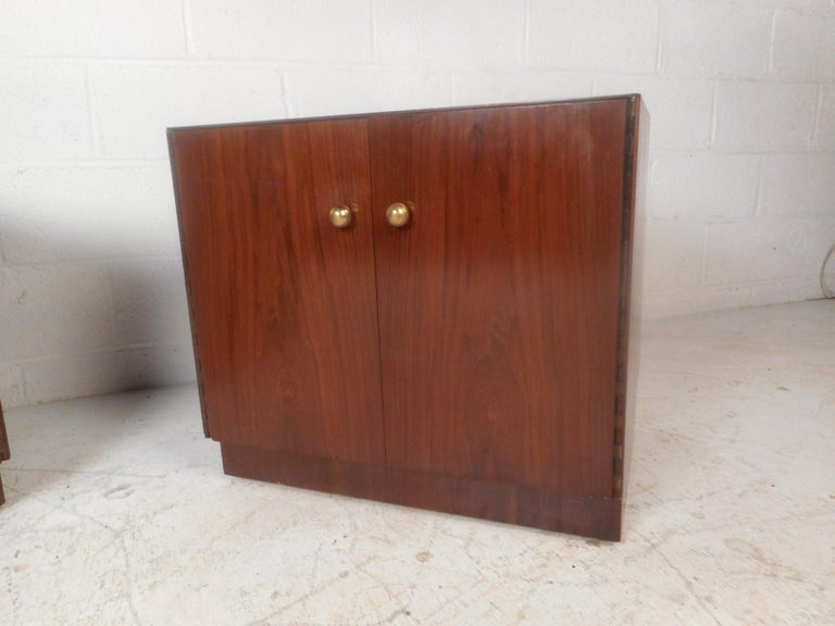 Late 20th Century Pair of Midcentury Dunbar Style Nightstands For Sale