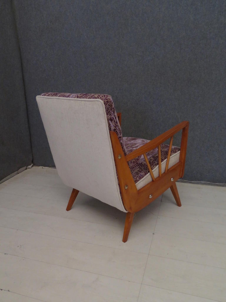 Pair of Midcentury Embroidered Velvet and Light Wood Italian Armchairs, 1950 For Sale 2