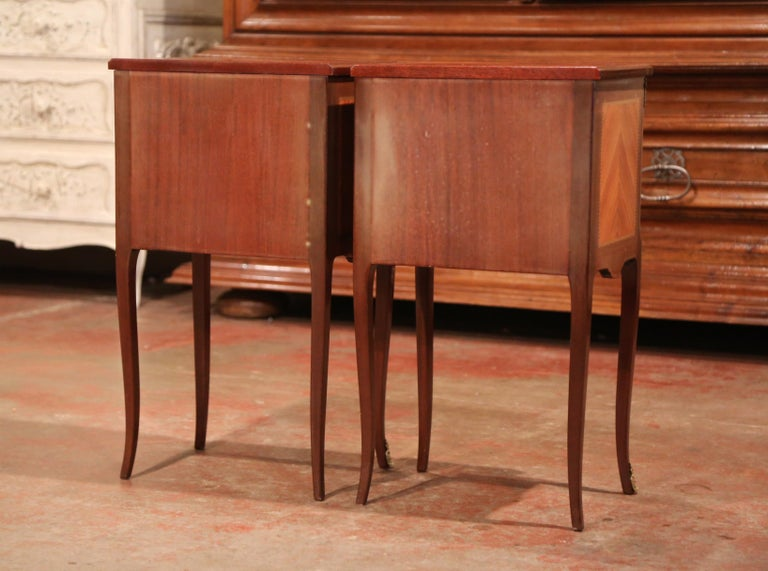 Pair of Midcentury French Louis XV Walnut Inlay and Marquetry Bedside Tables For Sale 6