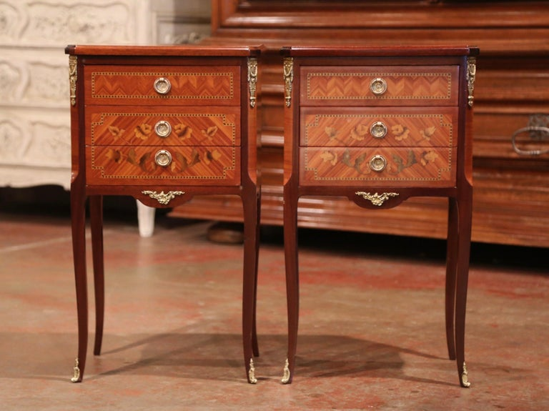 Pair of Midcentury French Louis XV Walnut Inlay and Marquetry Bedside Tables In Excellent Condition For Sale In Dallas, TX