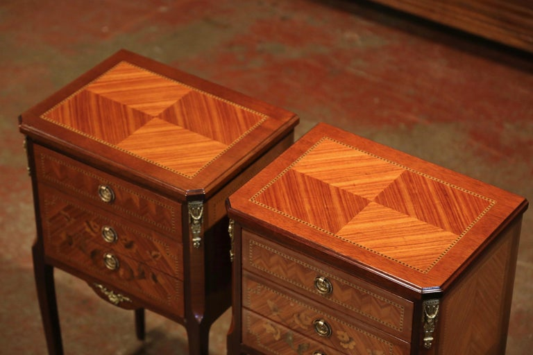 20th Century Pair of Midcentury French Louis XV Walnut Inlay and Marquetry Bedside Tables For Sale