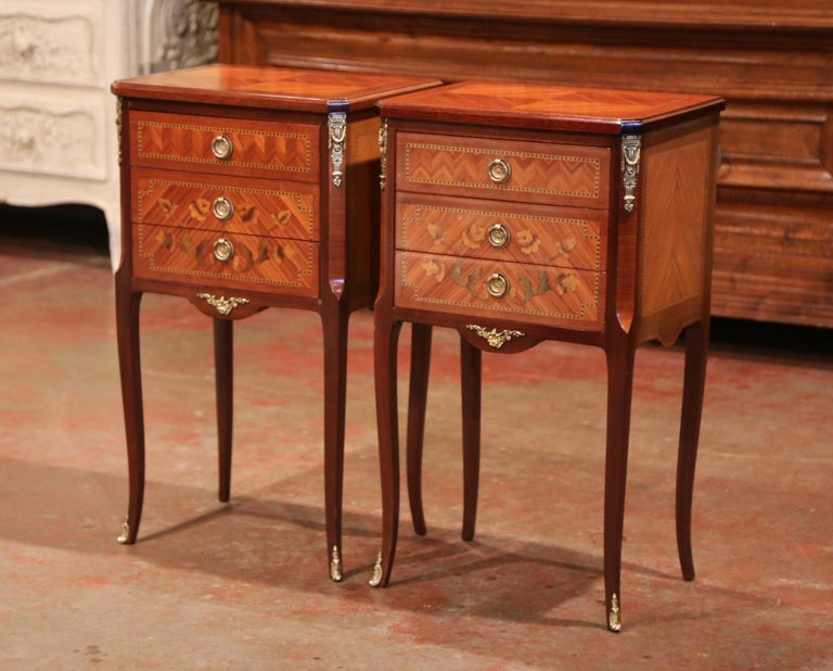 Pair of Midcentury French Louis XV Walnut Inlay and Marquetry Bedside Tables For Sale 1