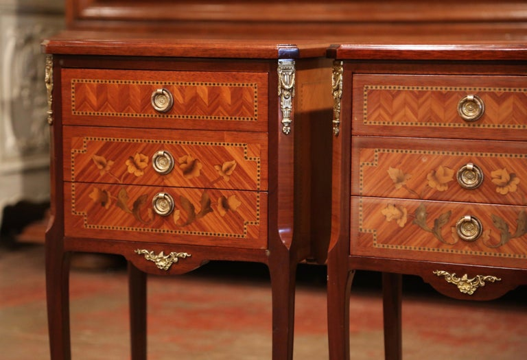 Pair of Midcentury French Louis XV Walnut Inlay and Marquetry Bedside Tables For Sale 2