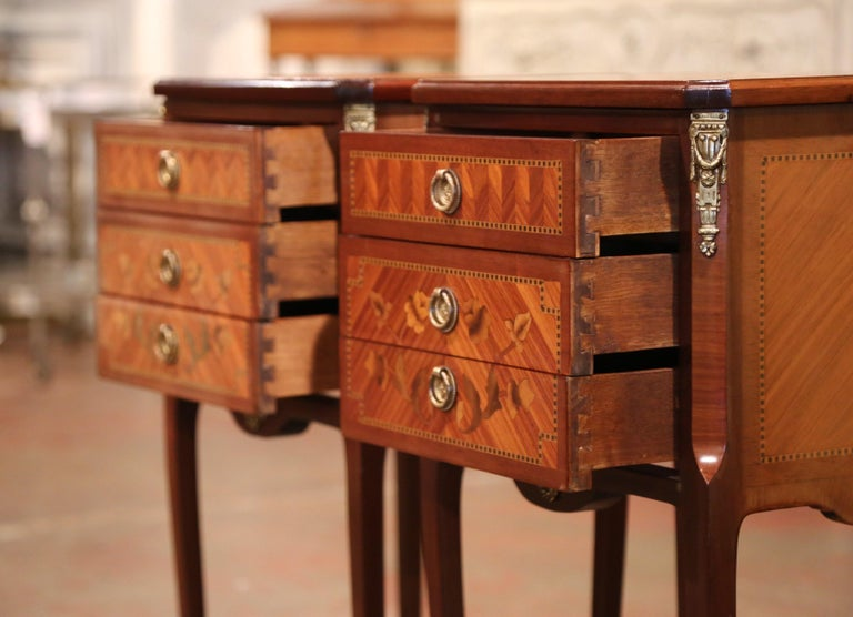 Pair of Midcentury French Louis XV Walnut Inlay and Marquetry Bedside Tables For Sale 4