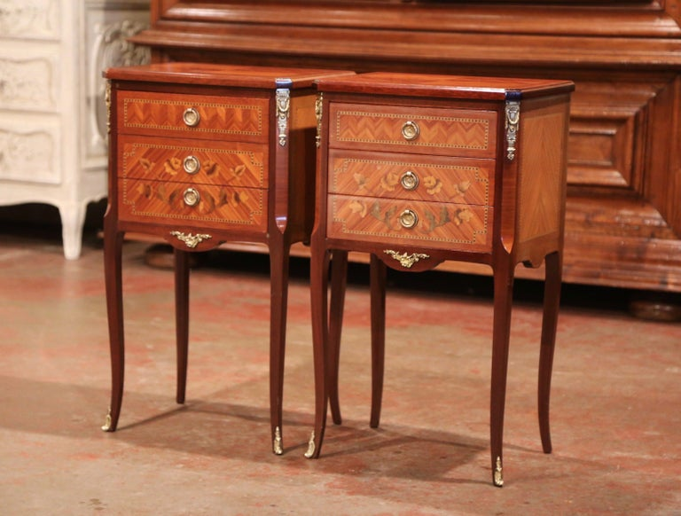 Pair of Midcentury French Louis XV Walnut Inlay and Marquetry Bedside Tables For Sale 5