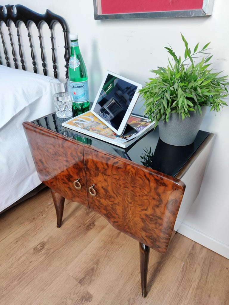 Pair of Midcentury Italian Art Deco Nightstands Bedside Tables Burl Brass Glass In Good Condition For Sale In Carimate, Como