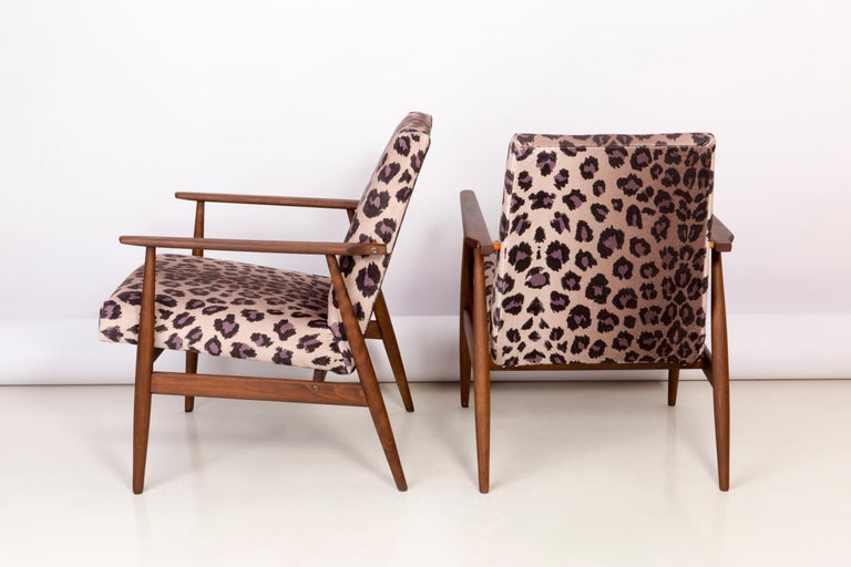 Hand-Crafted Pair of Midcentury Leopard Print Velvet Dante Armchairs, H. Lis, 1960s For Sale