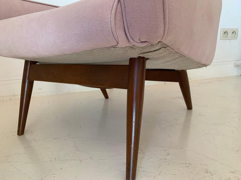 Linen Pair of Midcentury Pink Lounge Chairs For Sale