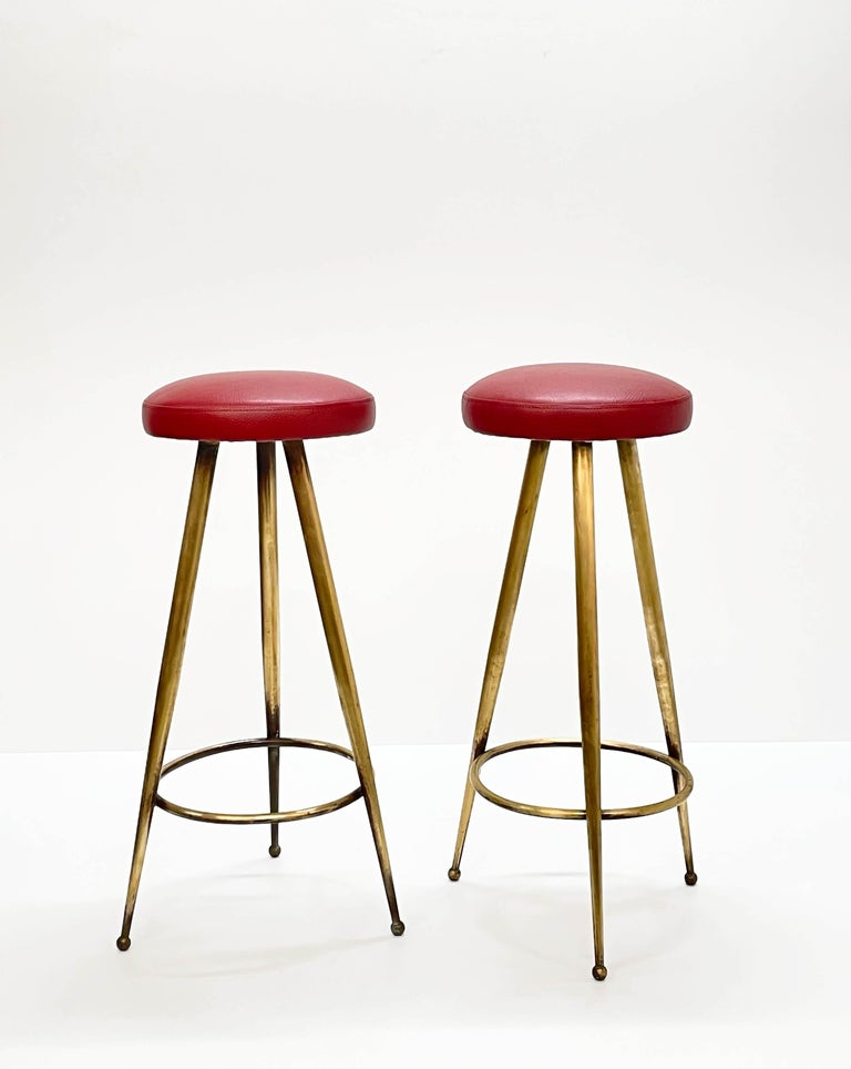 Pair of Midcentury Red Vinyl and Brass Tripod Italian Bar Stools, 1950s In Good Condition For Sale In Roma, IT
