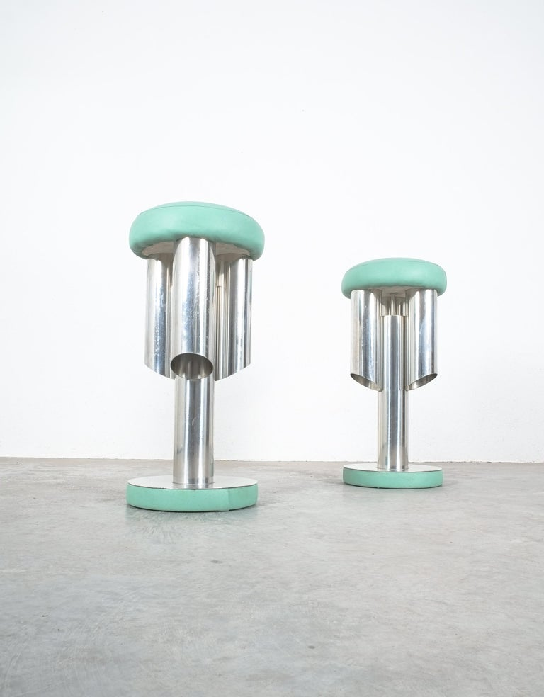 Pair of Midcentury Rocket Stools from Aluminum and Leather, Italy In Good Condition For Sale In Vienna, AT