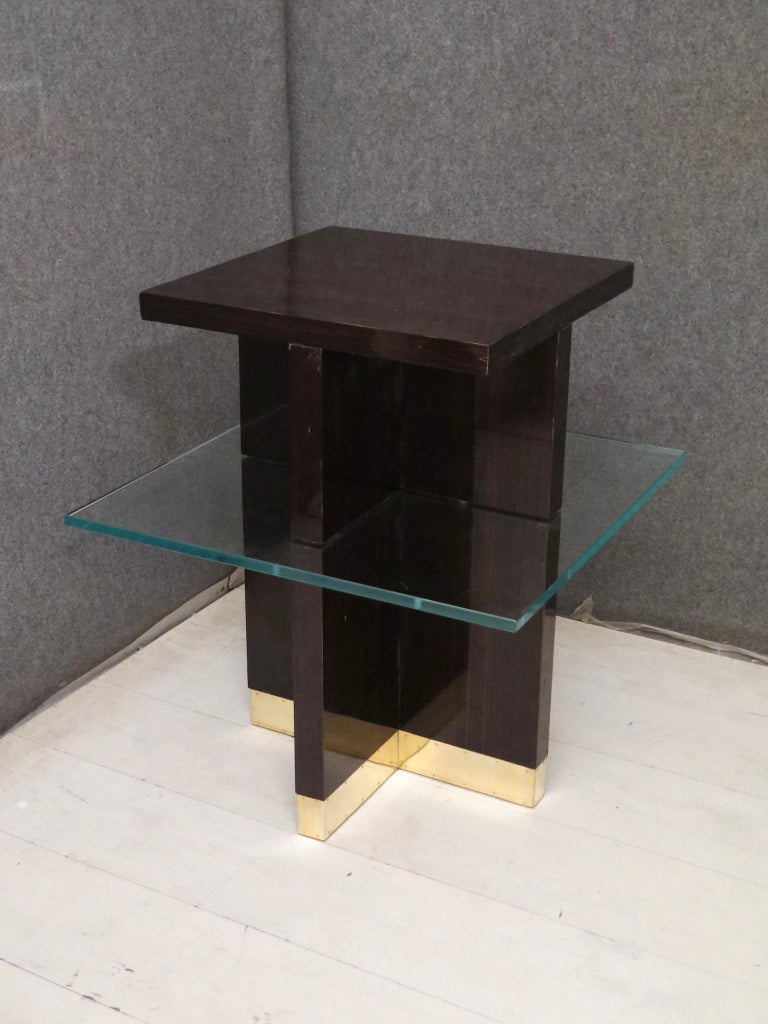 This extraordinary pair of side tables is built in a very particular way, in the middle of the last century. Fantastic IDEA for its design, a thick glass top intersected from a wooden base.  The side tables are all veneered in Macassar wood,