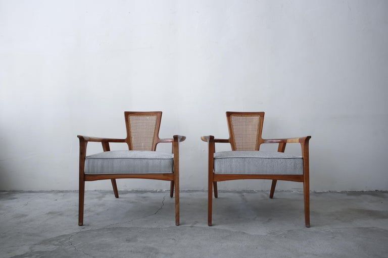 Pair of Midcentury Walnut and Cane Lounge Chairs by William Hinn In Good Condition For Sale In Las Vegas, NV